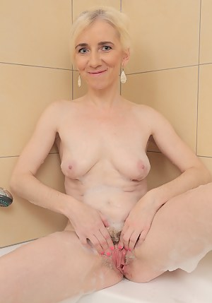 Free Wet Moms Pussy Porn Pictures